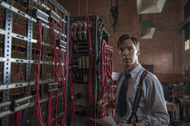 Benedict Cumberbatch als Turing vor einer Rechenmaschine