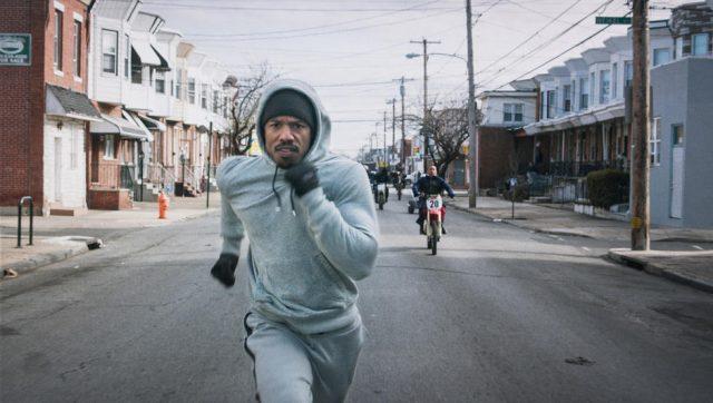 Das klassische Lauf-Outfit ist eine von vielen Anspielungen auf den Ur-Rocky.(Quelle: © Warner Bros. Pictures)