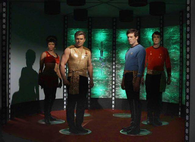 """Eine Szene aus der Episode """"Fairest of them all"""". Mignogna und seine Crew setzen die klassischen Episode """"Mirror, Mirror"""" fort."""