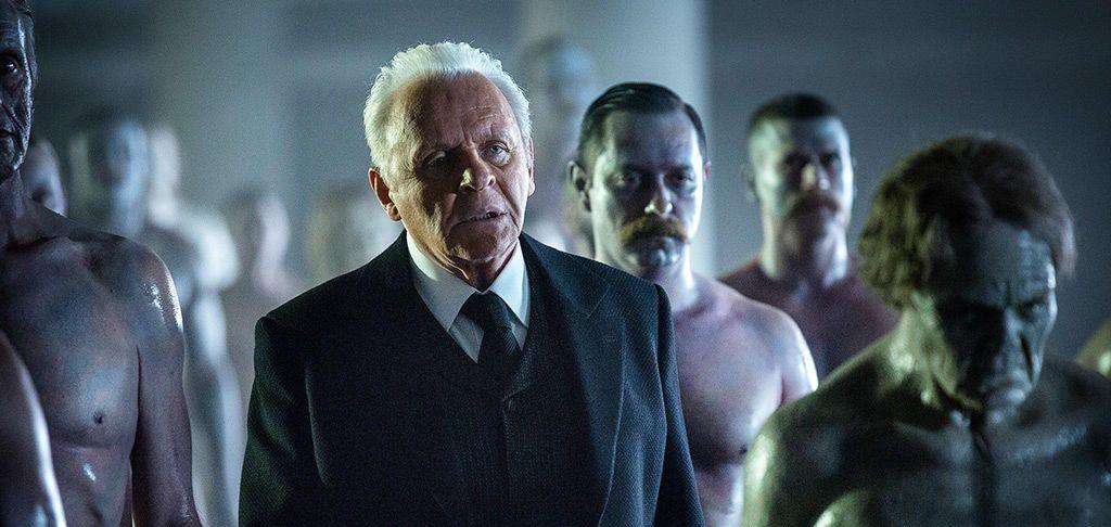 """Dr. Ford in der """"Abstellkammer"""", umgeben von seinen Schöpfungen (Bild: © HBO)"""